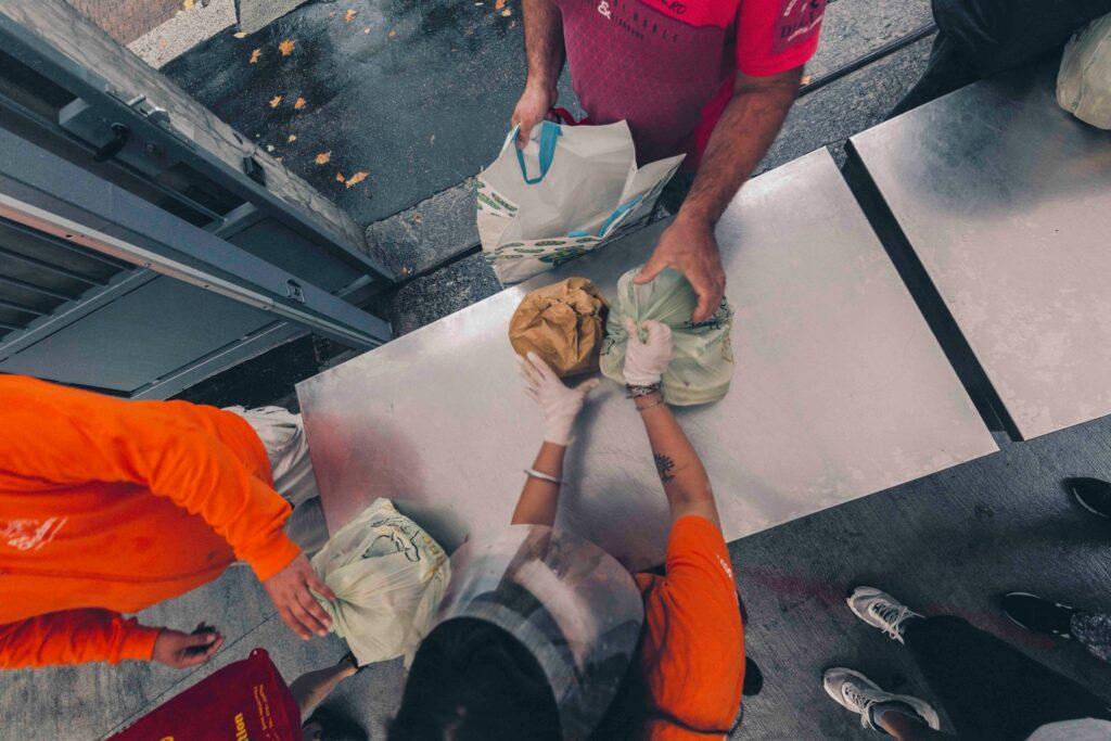 La consegna del cibo al Pane Quotidiano di viale Toscana (credits: Pane Quotidiano)