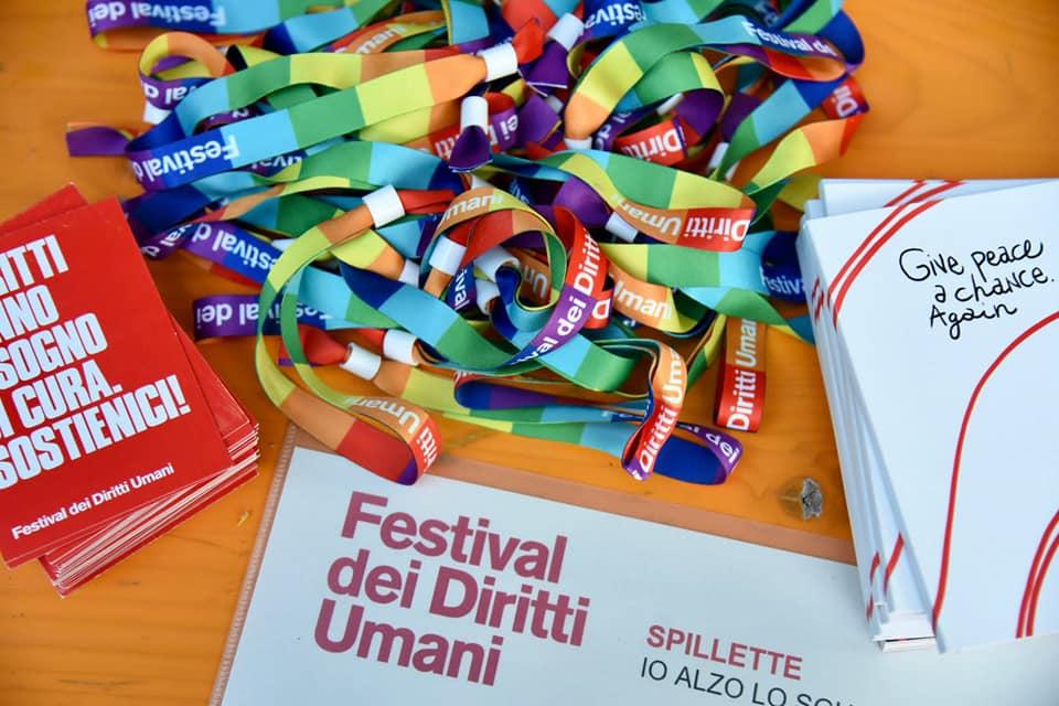 I braccialetti arcobaleno di FDU al banchetto delle donazioni
