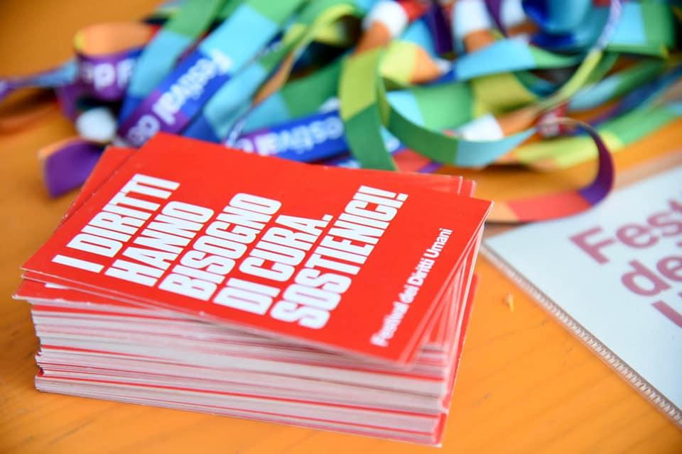 """Card """"I Diritti hanno bisogno di cura. Sostienici!"""" al banchetto di FDU"""