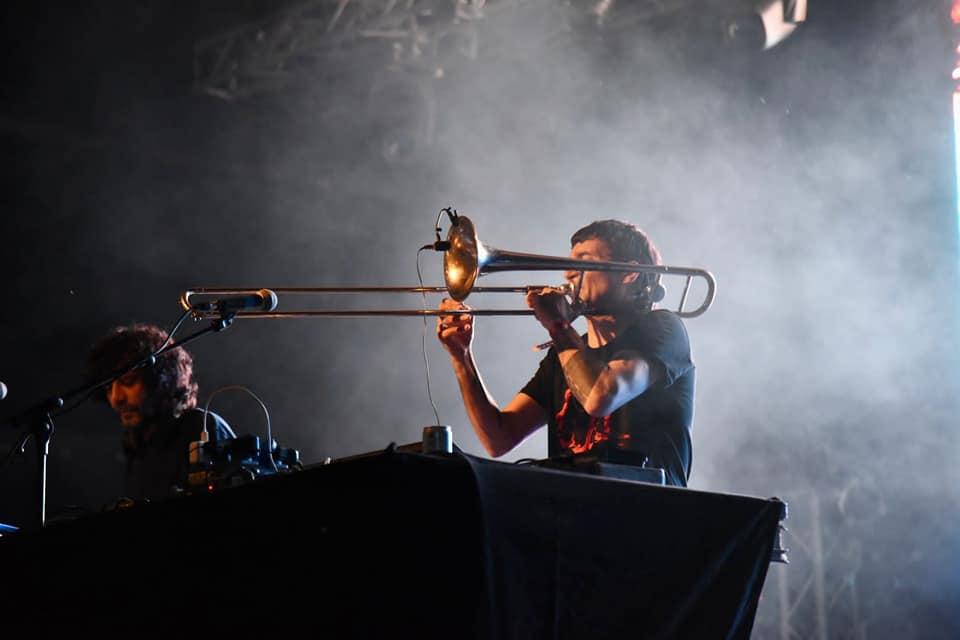 Gianluca Petrella si esibisce al trombone insieme a Dj Gruff