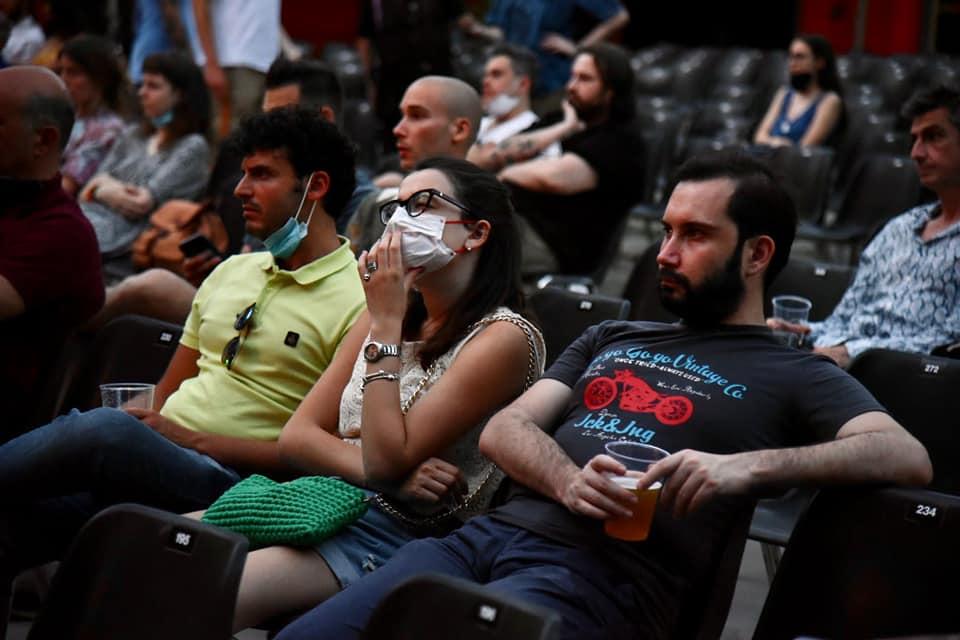 Pubblico attento alla visione del film The Present di Farah Nabulsi